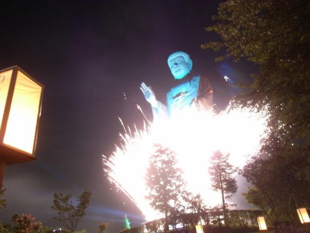 茨城のカウントダウンは花火で煩悩を蹴散らす!|牛久大仏の「修正会」はすごかった!