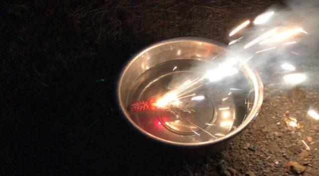 おもしろ花火「水上金魚はなび」を使用する際に注意する事